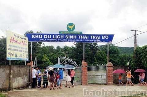 Du khách tới thăm quan Khu du lịch sinh thái Trại Bò phải mua vé trả tiền (Ảnh: Báo Hà Tĩnh)