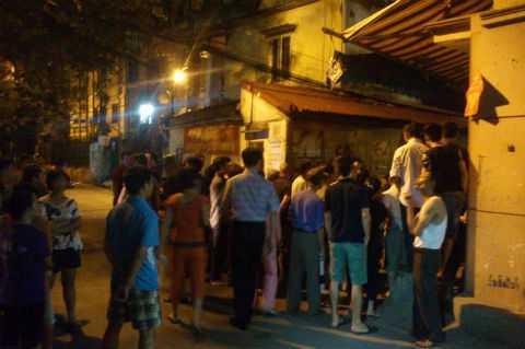 Rất đông người dân kéo tới hiện trường vụ nổ.
