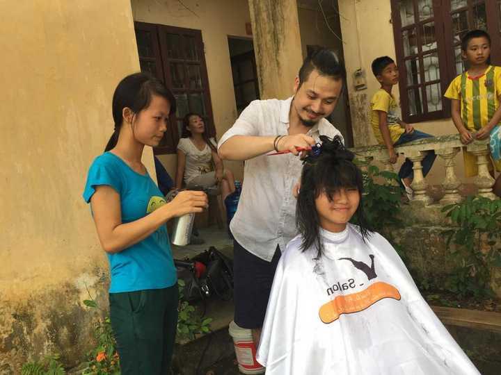 Quang Vinh thường xuyên đi từ thiện ở những nơi khó khăn