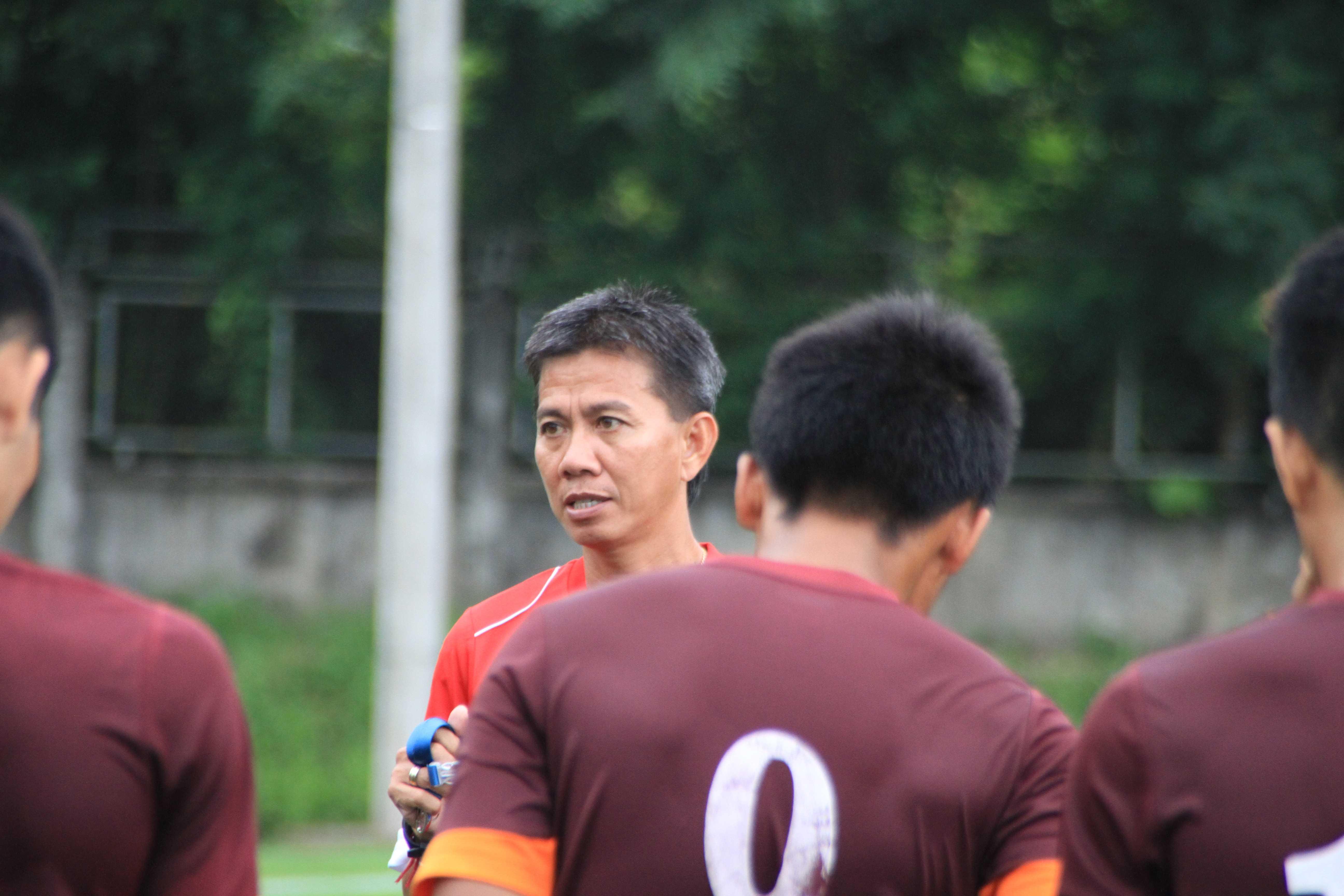 HLV Hoàng Anh Tuấn đang tập trung cùng các học trò chuẩn bị vòng loại U19 châu Á 2016. (Ảnh: Vân Hà).