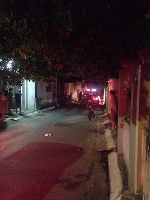 Cảnh sát 113 khống chế Đỗ Đức Hùng và phá cửa nhà lúc 22h45 ngày 11/9 - Ảnh do anh Trần Minh Đại cung cấp