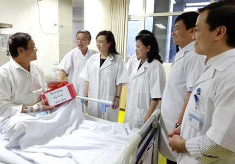 Bệnh nhân ghép gan khoe với Bộ trưởng Nguyễn Thị Kim Tiến và Thứ trưởng Nguyễn Thị Xuyên về tình hình sức khỏe hiện tại. Ảnh: T.Hạnh