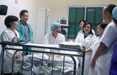 Bệnh nhân ghép tim có thể tự ngồi dậy, trả lời rành mạch từng câu hỏi của Bộ trưởng. Ảnh: T.Hạnh