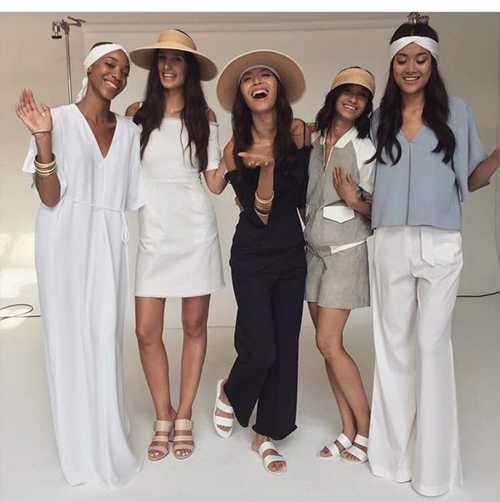 Minh Tú (giữa) ở hậu trường, chụp cùng các người mẫu khác của show diễn tại New York