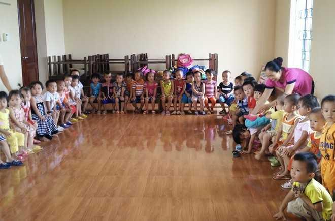 Các cháu mầm non ở các độ tuổi phải chen chúc học trong các nhà văn hóa thôn trên địa bàn xã Thiệu Nguyên. Ảnh: Nguyễn Dương.