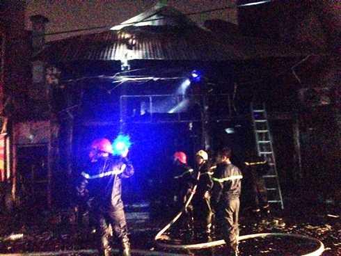 Hiện trường vụ cháy nhà hàng trong đêm