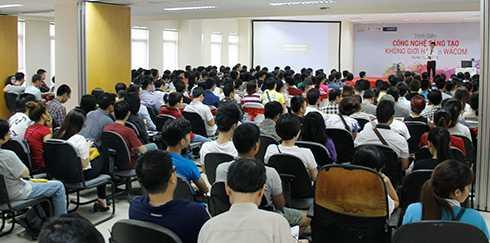 Hàng trăm sinh viên tham gia chương trình với những trải nghiệm thú vị về công nghệ sáng tạo