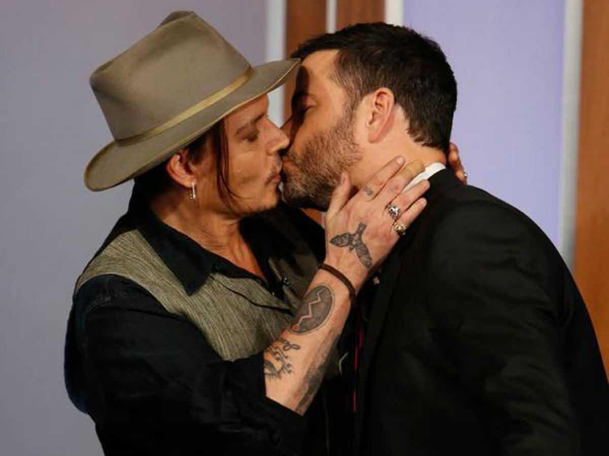 'Cướp biển Caribe' Johnny Depp hôn nam MC trên truyền hình