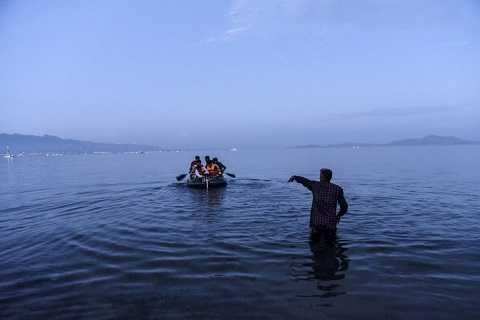 Những người di cư rời bãi biển Bodrum, Thổ Nhĩ Kỳ để tới Hy Lạp trên con thuyền nhỏ, ọp ẹp