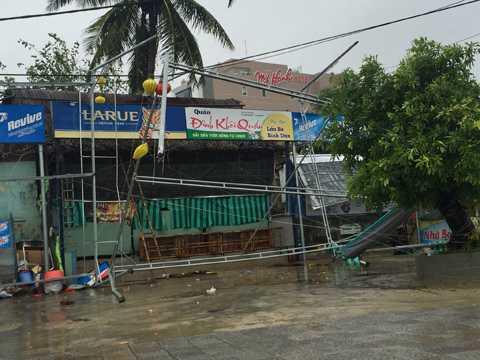 Nhiều công trình xây dựng, nhà cửa, hàng quán bị gió bão đánh sập