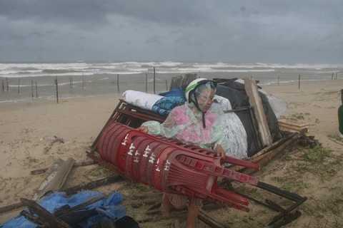 Người dân Quảng Nam phải gia cố nhà cửa, hàng quán để tránh bão (Ảnh:Người lao động)