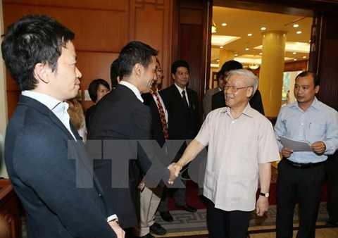 Tổng Bí thư Nguyễn Phú Trọng với các phóng viên, trợ lý báo chí Nhật Bản. (Ảnh: Trí Dũng/TTXVN)