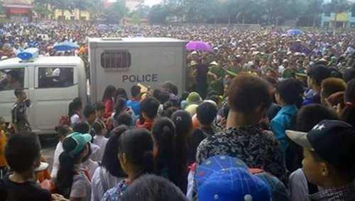 Hàng nghìn người dân địa phương đến sân vận động thị trấn Bắc Sơn, huyện Bắc Sơn, Lạng Sơn tham dự phiên tòa. Ảnh: Dân Trí.