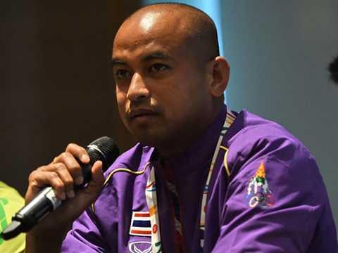 HLV Choketawee Promrut bất mãn vì bị xem nhẹ (Ảnh: AFP)