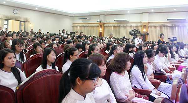 Hàng trăm sinh viên ĐH Khoa học Xã hội Nhân văn chăm chú lắng nghe các chia sẻ của Phó Thủ tướng Vũ Đức Đam (Ảnh: Phạm Thịnh)