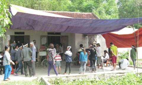 Gia đình làm lễ mai táng cho chị Hương.