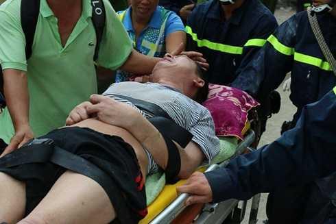 Một bệnh nhân được giải cứu khỏi hiện trường vụ cháy