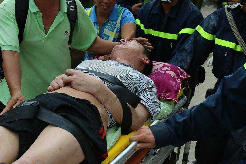 Một người đàn ông ở tầng 33 bị ngạt khói đã được đưa lực lượng PCCC đưa xuống bằng cáng cứu thương.