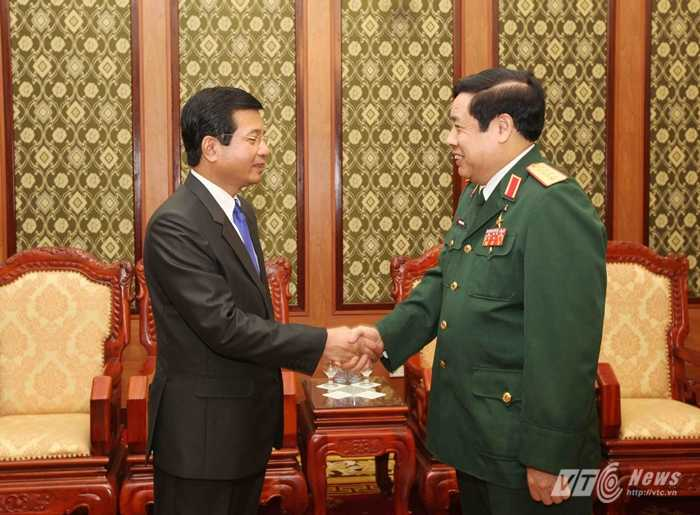 Đại tướng Phùng Quang Thanh chào chúc mừng Đại sứSomphone Sichaleunehoàn thành tốt nhiệm kỳ công tác tại Việt Nam - Ảnh: Hồng Pha