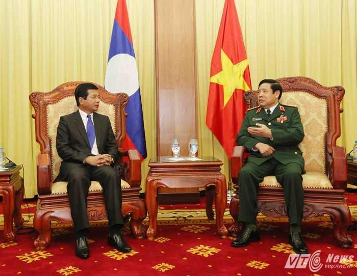 Đại tướng Phùng Quang Thanh và Đại sứSomphone Sichaleunetại buổi tiếp - Ảnh: Hồng Pha