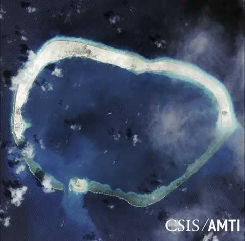 Trung Quốc xây dựng trái phép ở đá Vành Khăn Ảnh: Reuters