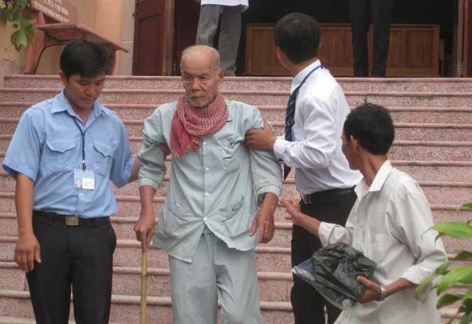 Tuổi đã cao, đi đứng khó khăn nên sau kết thúc phiên tòa sơ thẩm, cụ Thà được người thân và cán bộ tòa án dìu xuống từng bậc tam cấp