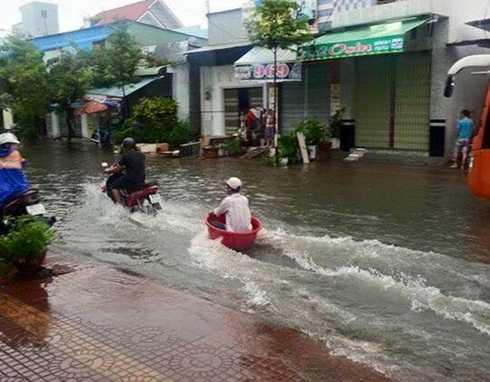 Hình ảnh 'lướt chậu' ở TP.HCM được chia sẻ trên mạng xã hội