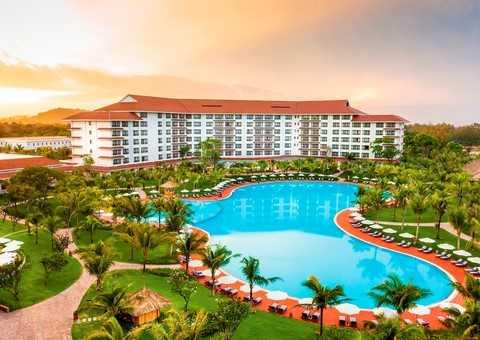 Khu khách sạn gồm hai tòa Ocean và Coral được thiết kế mềm mại bao quanh hồ bơi với tầm nhìn hướng ra bờ biển tuyệt đẹp.