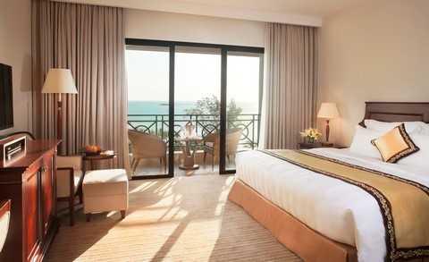 Tất cả các phòng nghỉ tại Vinpearl Phú Quốc Resort được thiết kế và trang trí hài hòa theo phong cách cổ điển Phương Tây với ban công riêng biệt, mang lại khoảng không gian thư giãn thoải mái nhất.