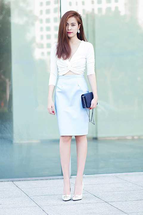 Tuy nhiên, street style thường ngày của cô nàng lại khá kín đáo.