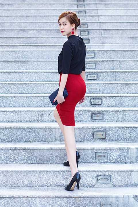 Hoàng Thùy Linh thường chọn các tông màu trung tính cũng như hướng tới phong cách nhẹ nhàng, trẻ trung, hiện đại.