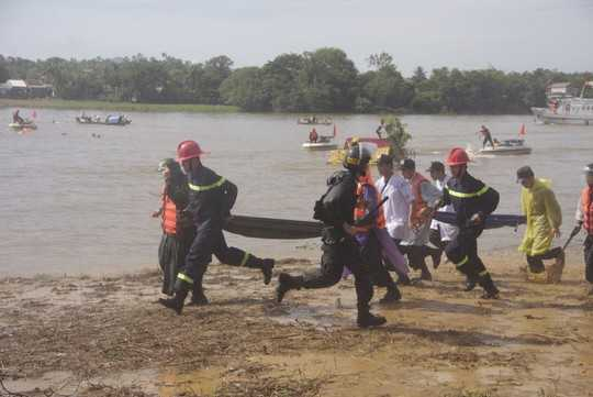 Lực lượng y tế của CSCĐ cũng có mặt cứu người bị nạn