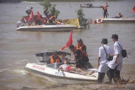 Người dân bị nạn khi đò bị chìm nhanh chóng được đưa vào bờ cấp cứu