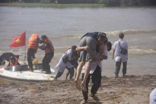 Cõng người dân bị nạn nhanh chóng vào bờ