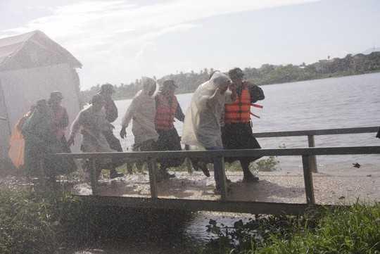 Lực lượng CSCĐ giúp dân di chuyển khỏi vùng bão