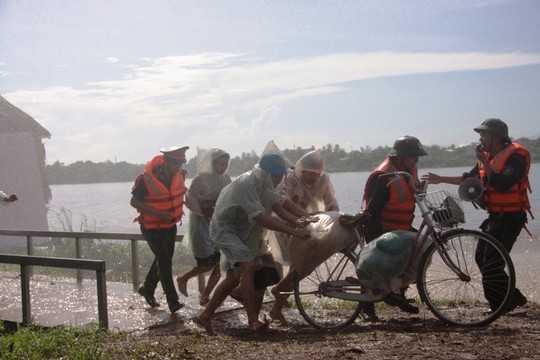 Xe đạp cũng được tận dụng để giúp dân