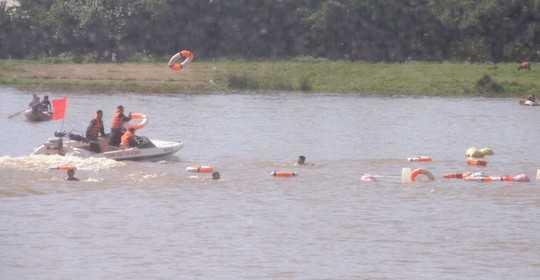 Lực lượng CSCĐ triển khai ca nô ra ứng cứu người dân bị chìm đò khi cố bơi sang sông tránh bão