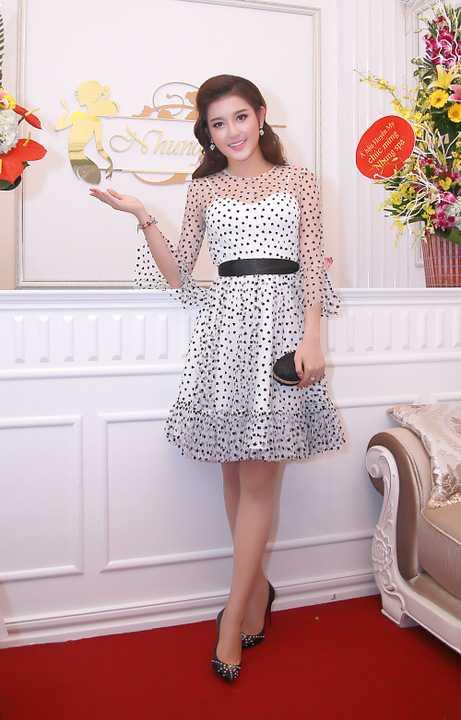 Huyền My chọn cho mình một chiếc váy chấm bi màu trắng giản dị nhưng vẫn toát lên được nét đẹp của nàng á hậu.