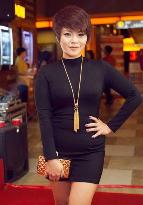 Dù đã nỗ lực giảm nhiều cân song sinh nở khiến vùng bụng của nữ ca sỹ Hải Yến không còn săn chắc, thon gọn và chiếc váy bó chất liệu mỏng đã 'tố cáo' rõ ràng điều này