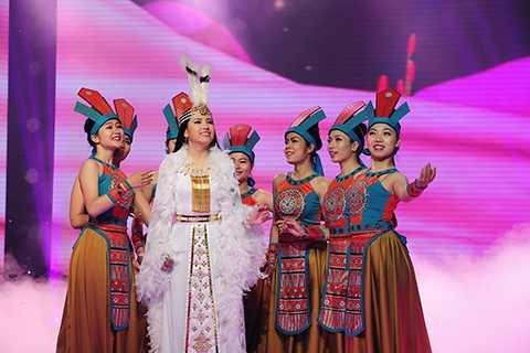 Trong tiết mục song ca cùng với huấn luyện viên Đàm Vĩnh Hưng, cô đã hóa vai nhân vật Mị Châu rất xuất sắc khiến khán giả nghẹn ngào xúc động