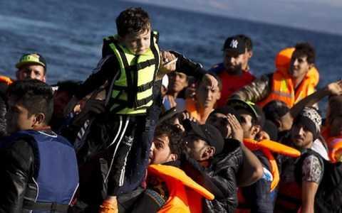 Một bé trai trên thuyền chở người tị nạn Syria từ Thổ Nhĩ Kỳ sang Hy Lạp