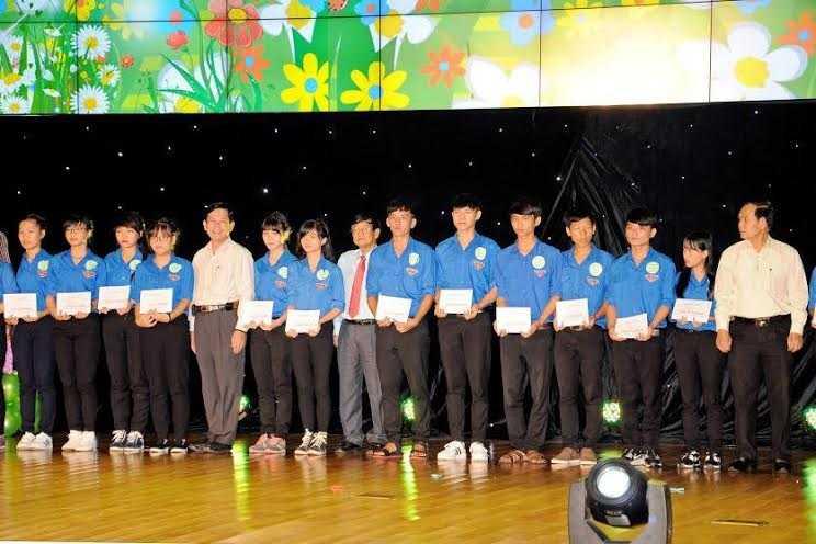 Đại diện THP trao học bổng cho các học sinh sinh viên tiêu biểu