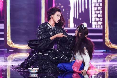 Các thí sinh thay nhau 'hãm hại' nhau trên sân khấu.