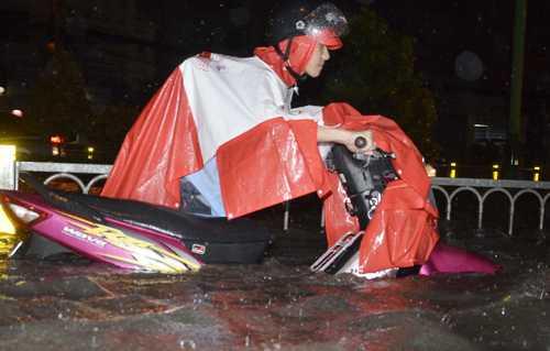 Cơn mưa chiều 15/9 làm 66 điểm ở khắp các quận huyện TP HCM ngập nặng. Ảnh: Hải Hiếu.