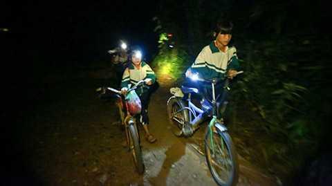 Đường rừng đến trường lầy lội và dốc, học sinh ở thôn H'Mông phải dắt bộ trong đêm tối