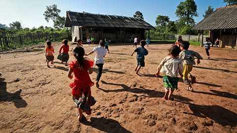 Điểm trường thôn H'Mông được dựng giữa rừng nhằm tạo điều kiện cho trẻ mầm non, học sinh lớp 1 và lớp 2 của thôn học chữ