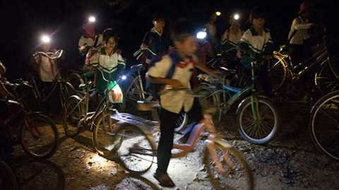 4g15 sáng, học sinh lớp 4 ở thôn H'Mông cùng hẹn tại bìa rừng, rồi cùng đi đến trường