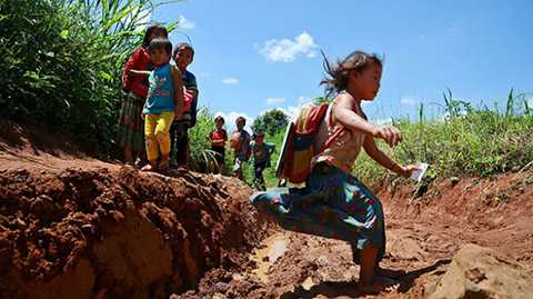 """Học sinh lớp 1 ở điểm trường thôn H'Mông """"nhảy cóc"""" qua đường rừng lầy lội"""