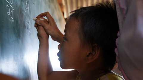 Em Hương, học sinh lớp 2H thuộc điểm trường thôn H'Mông tập làm bài môn toán với sự chỉ dẫn của cô giáo chủ nhiệm Nguyễn Thị Hoa