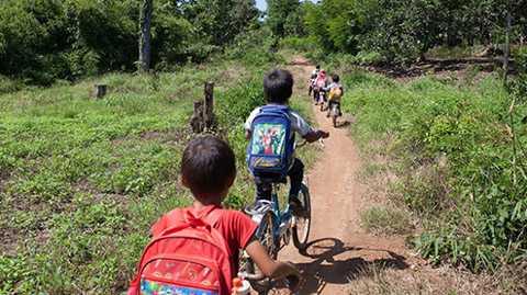 Từ 9g sáng, học sinh từ khối lớp 4 đến lớp 9 đã xuất phát từ thôn H'Mông để kịp giờ học buổi chiều